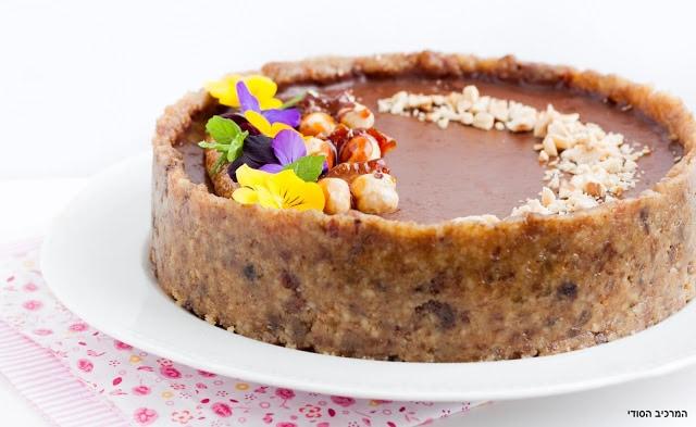עוגת שוקולד טבעונית עם בננה ופרלינה אגוזי לוז
