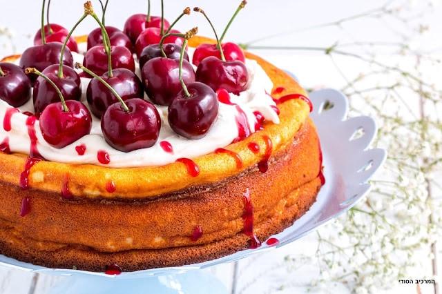 עוגת גבינה אפויה עם קצפת ודובדבנים