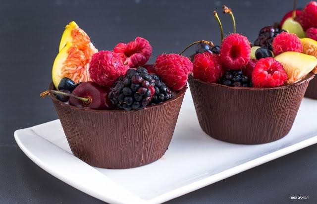 כוסות שוקולד עם קרם מלבי קוקוס טבעוני ופירות קיץ