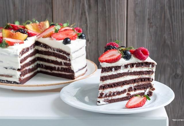 עוגת שכבות שוקולד במחבת עם קרם גבינת וניל ופירות יער
