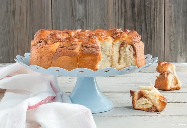 """עוגת שמרים """"חרצית"""" במילוי ממרחי שקדים"""