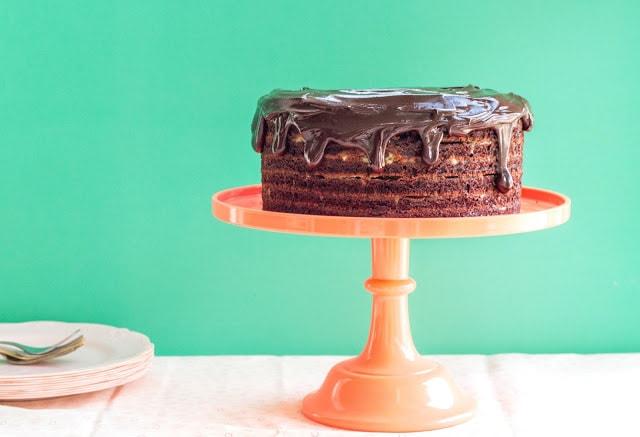 עוגת שוקולד טבעונית במחבת עם קרם תפוז וזיגוג שוקולד