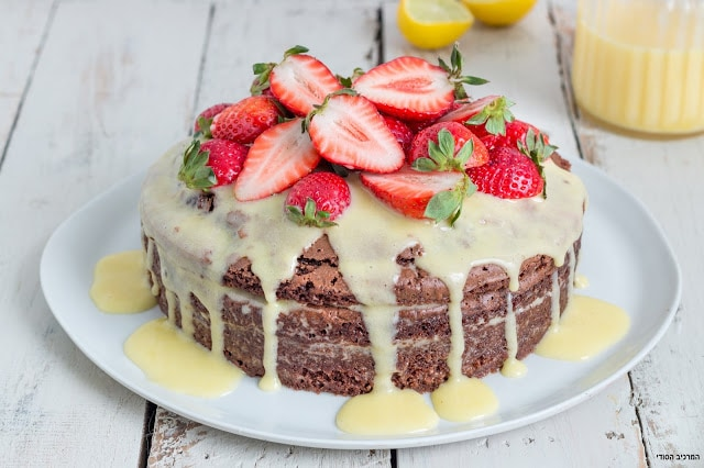 עוגת שוקולד עם קרם לימון ותותים