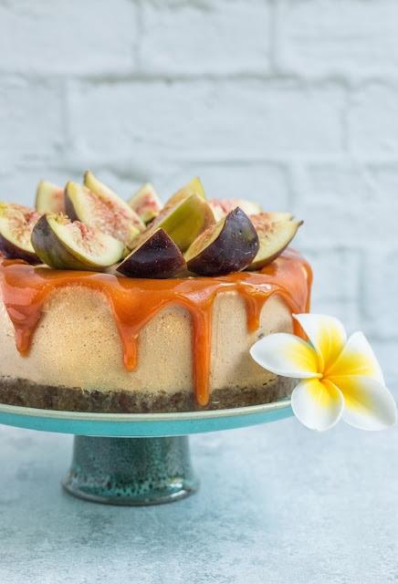 עוגת קרמל טבעונית עם תאנים