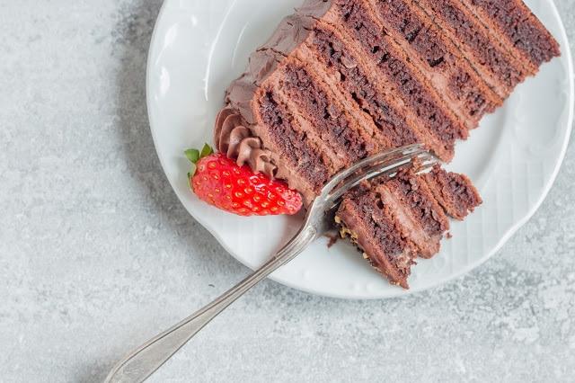 עוגת שכבות שוקולד טבעונית ללא אפייה עם קרם שוקולד