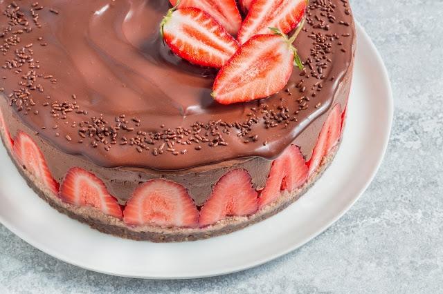 עוגת שוקולד ותותים טבעונית ללא אפייה כשרה לפסח
