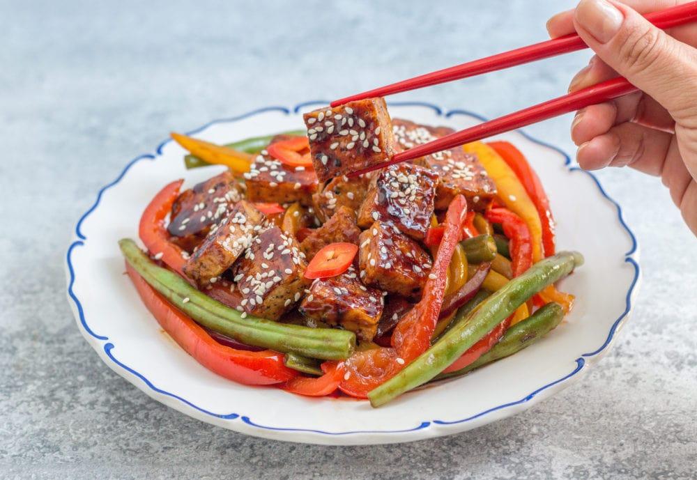 טופו מוקפץ עם ירקות בזיגוג מבריק