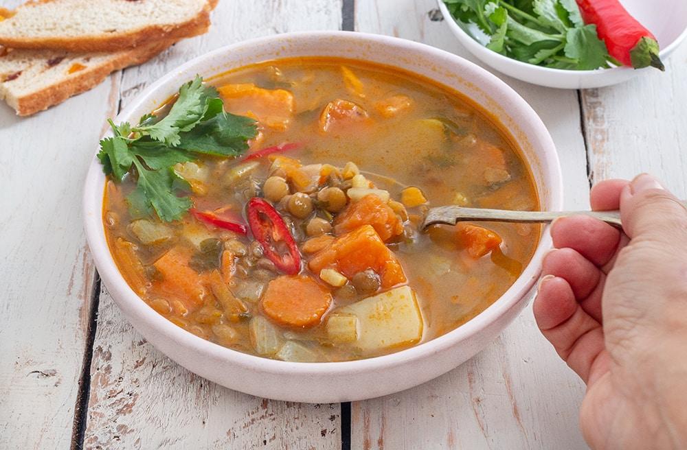 מרק ירקות טבעוני עם עדשים