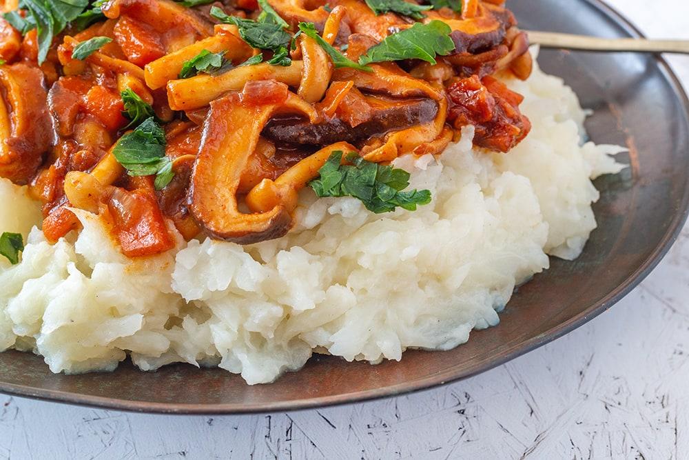 תבשיל פטריות טבעוני עם פירה כרובית (כשר לפסח)