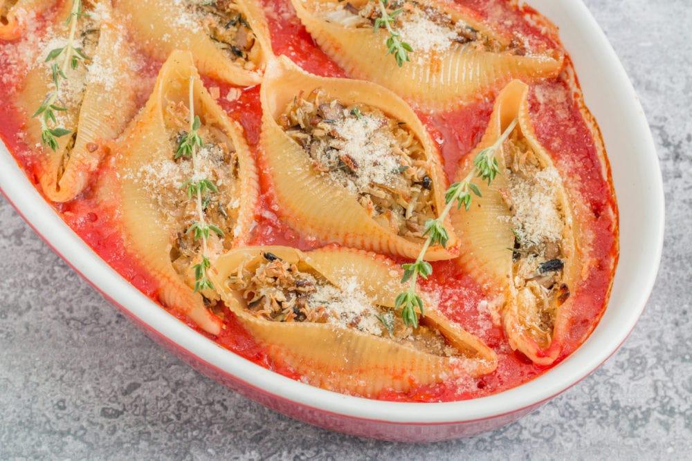קונכיות פסטה טבעוניות במילוי טופו ופטריות ברוטב עגבניות