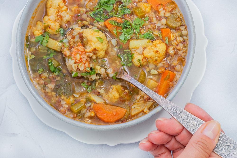 מרק ירקות טבעוני עם כוסמת (ללא גלוטן)
