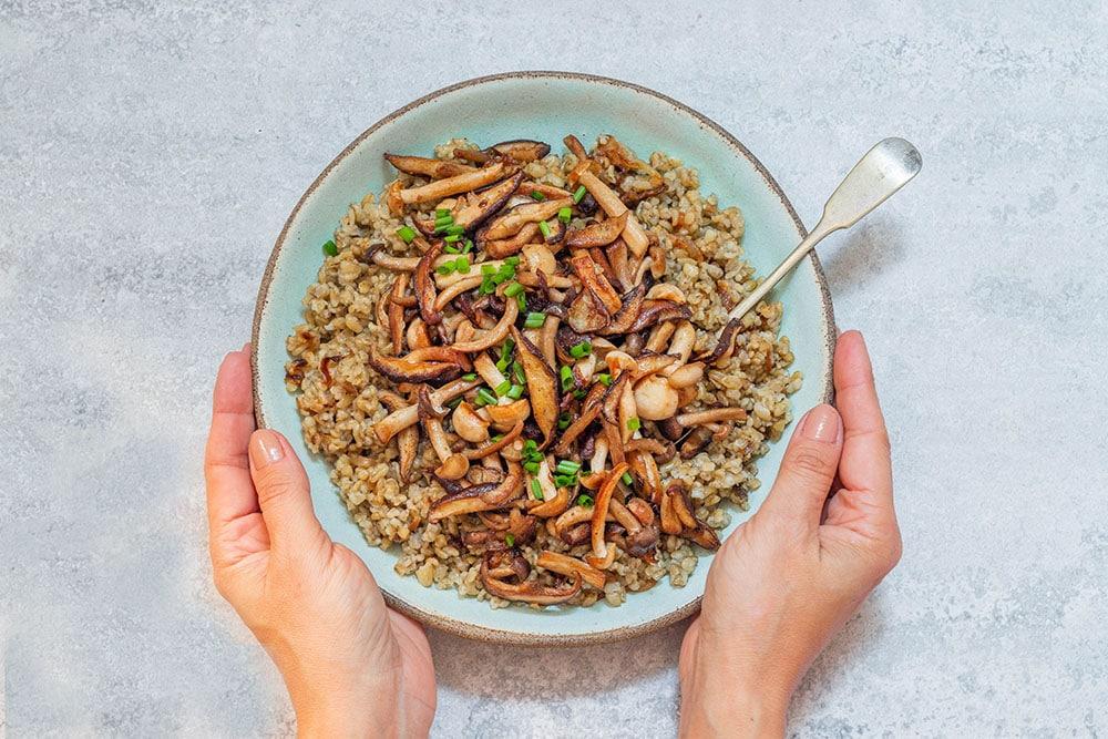 תבשיל פריקה טבעוני עם פטריות