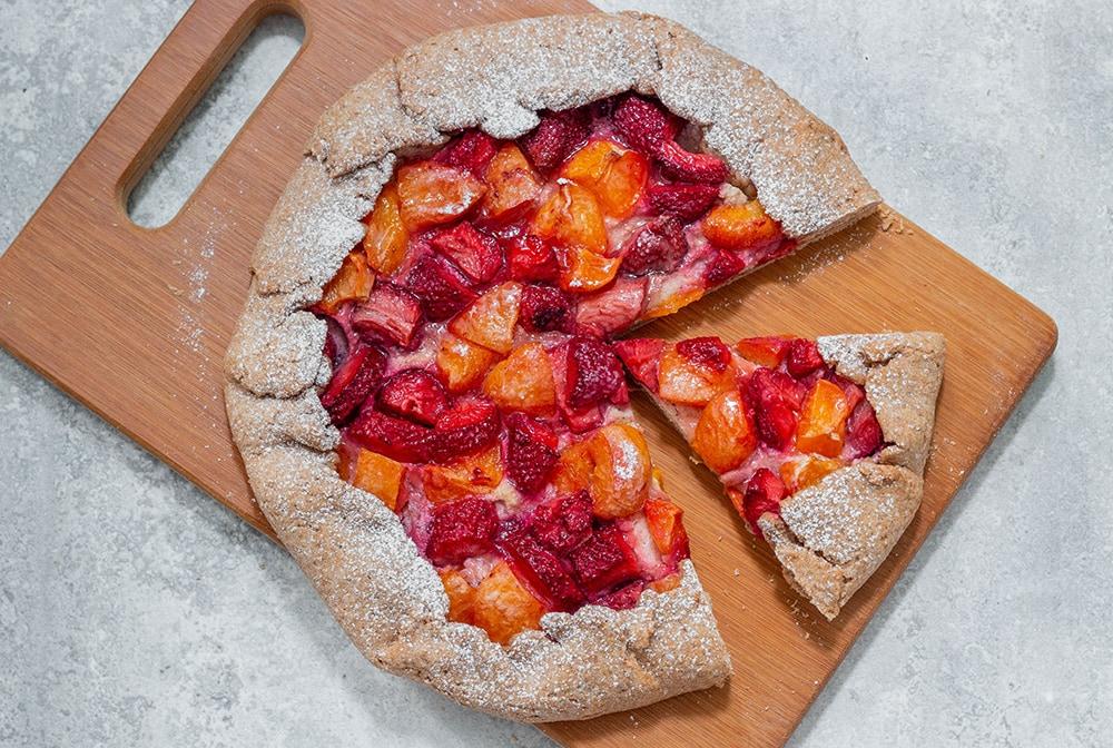 טארט כוסמין טבעוני עם גבינה, תותים ומשמשים