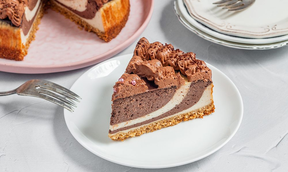 עוגת גבינה טבעונית אפויה עם ספירלת שוקולד