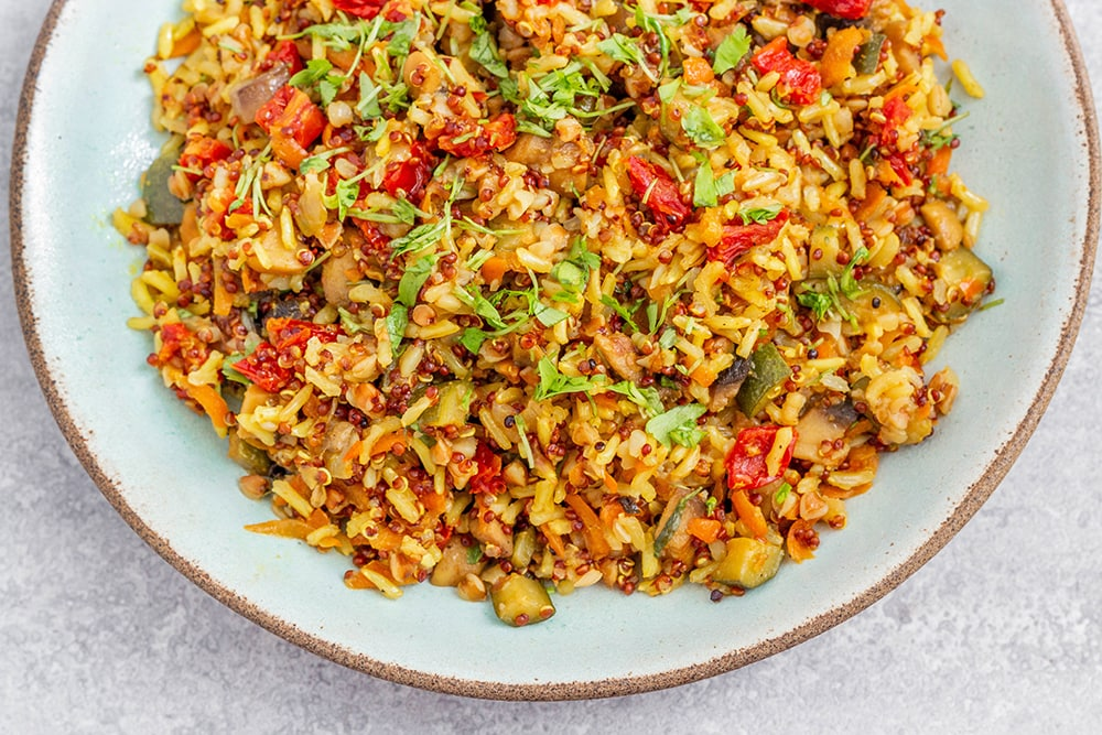 תבשיל דגנים וירקות טבעוני ללא גלוטן