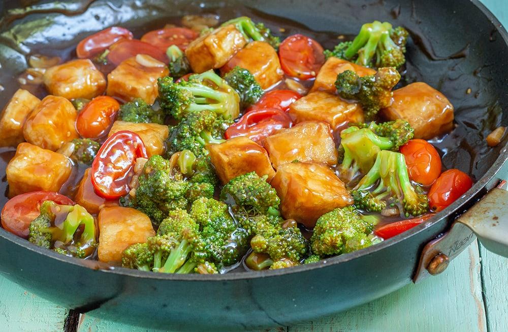 טופו מוקפץ בסגנון אסיאתי עם ברוקולי ועגבניות שרי