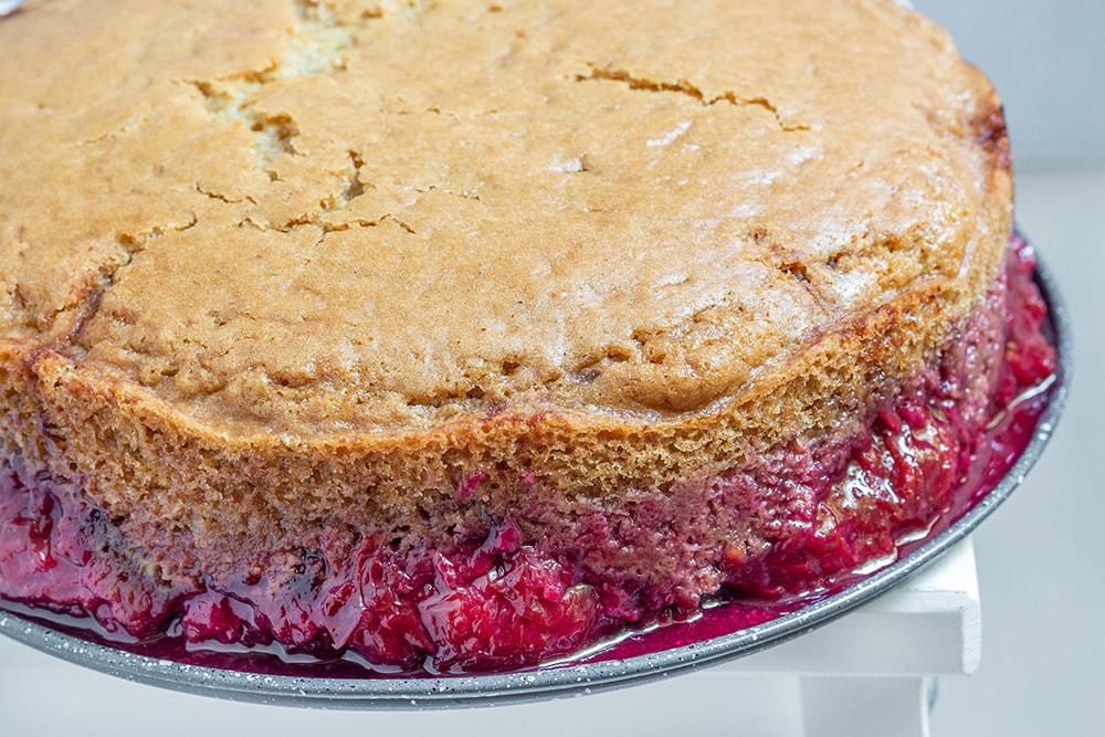 עוגת שזיפים טבעונית הפוכה מקמח כוסמין