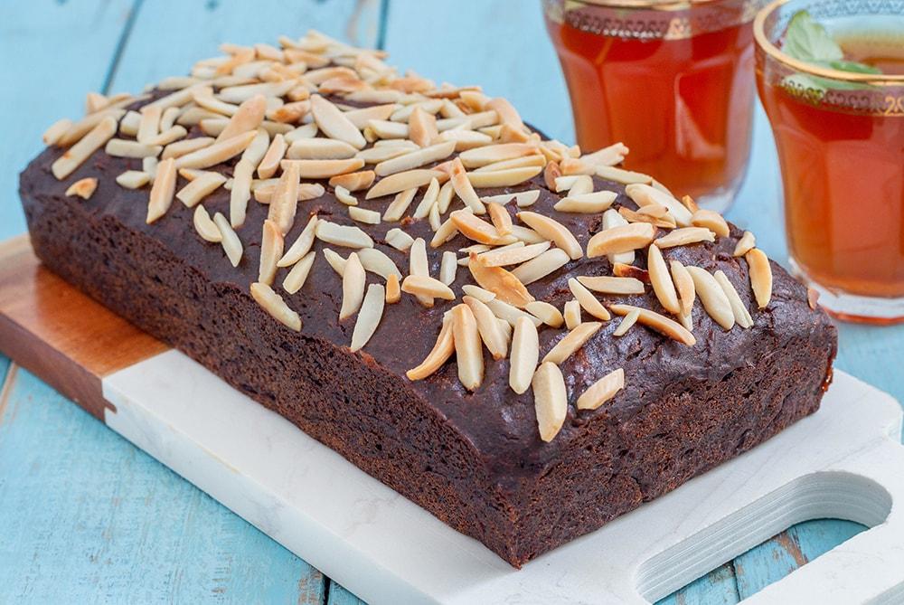 עוגת תמרים טבעונית מקמח כוסמין בלי סוכר