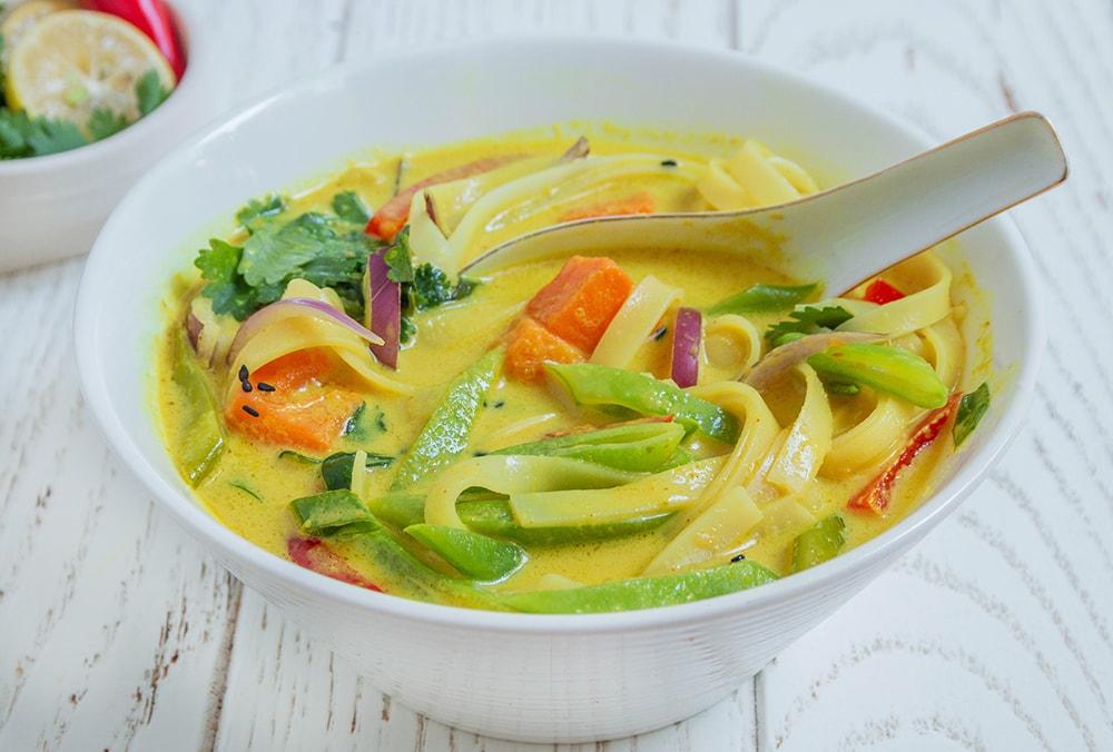 מרק קאו סוי תאילנדי טבעוני