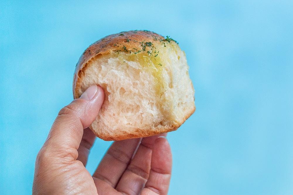 """לחמניות כוסמין טבעוניות במילוי """"גבינה"""""""