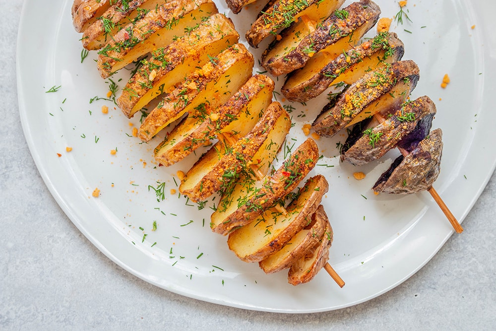 תפוחי אדמה ספירלה אפויים על שיפודים