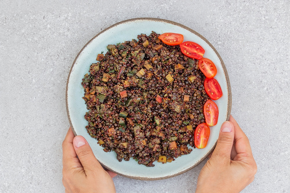 תבשיל קינואה טבעוני עם עדשים וירקות