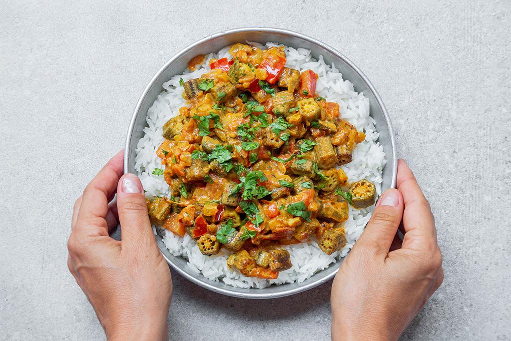 תבשיל במיה הודי טבעוני