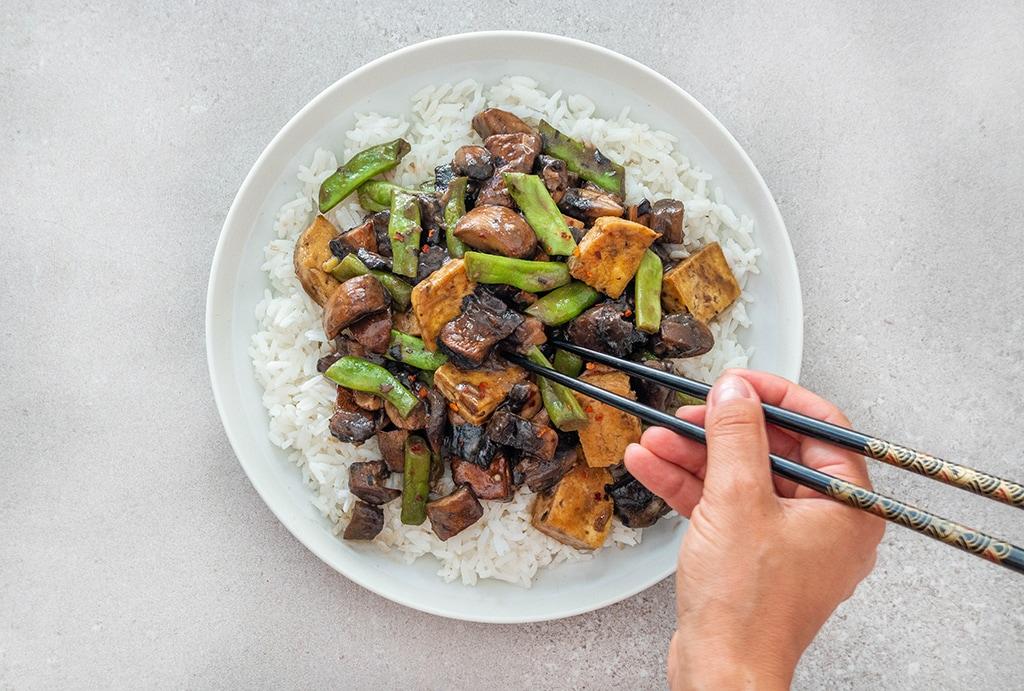 תבשיל טופו ופטריות טבעוני ללא גלוטן