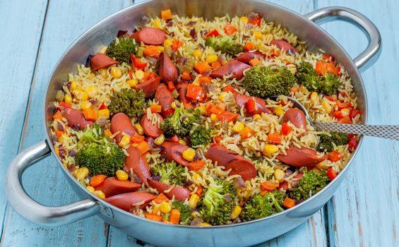 תבשיל אורז טבעוני עם נקניקיות