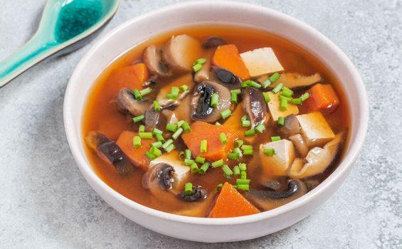 מרק מיסו טבעוני ללא גלוטן עם פטריות ודלעת
