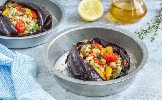 חצילים ממולאים בגרגירי חומוס, עגבניות שרי צרובות ושקדים