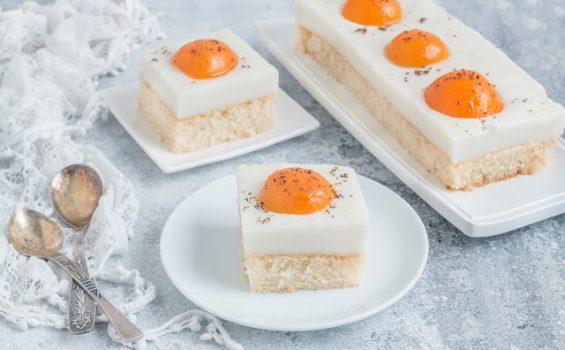 עוגת שקדים ומשמשים טבעונית שהתחפשה לביצת עין