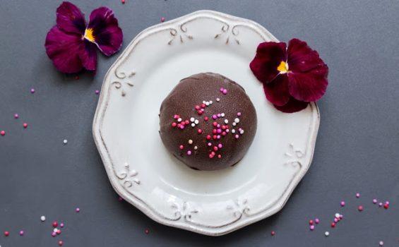 עוגת גבינה קרה אישית עם פטל ושוקולד