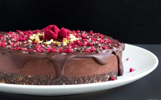 עוגת שוקולד-פטל טבעונית עם ציפוי שוקולד