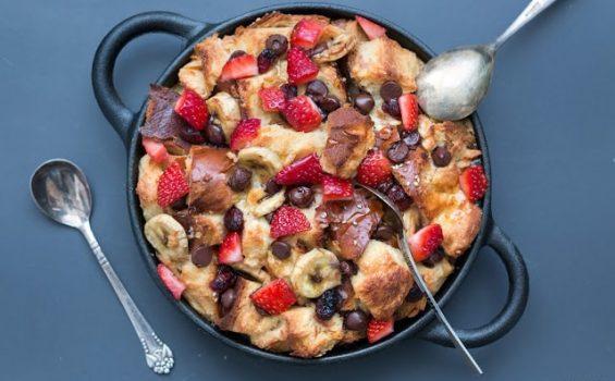 פודינג לחם טבעוני עם בננה, תותים ושוקולד צ'יפס