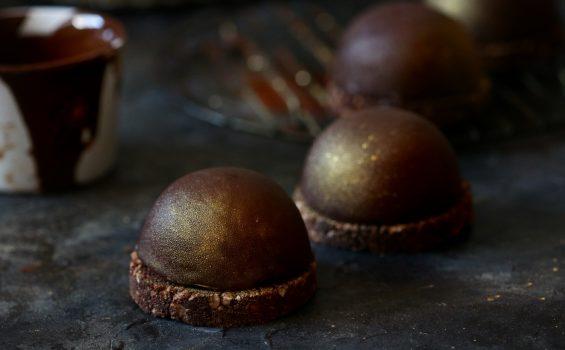 כיפת מוס שוקולד טבעונית עם הפתעה